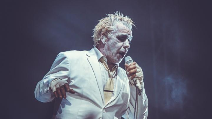 Драки, голые фанаты и сырая рыба в лицо: как прошёл скандальный концерт солиста Rammstein в Новосибирске