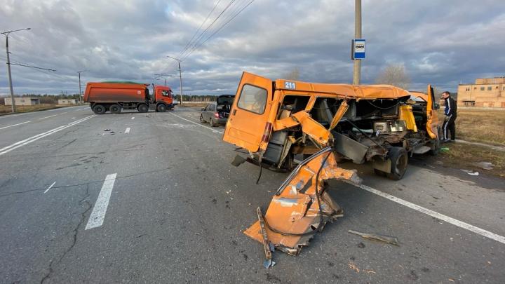 В Тольятти грузовик снес половину пассажирской «Газели»