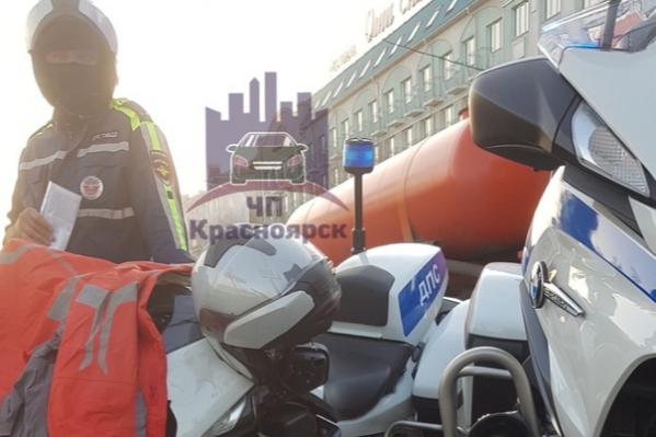 В центре Красноярска сбили полицейского на мотоцикле