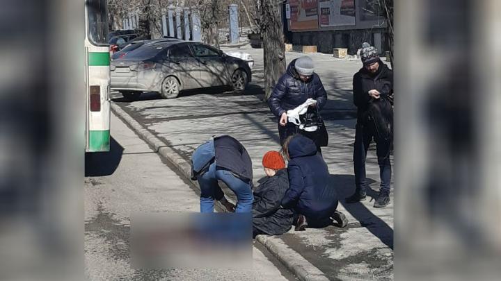 Во Втузгородке пенсионерке сломало ногу дверями автобуса