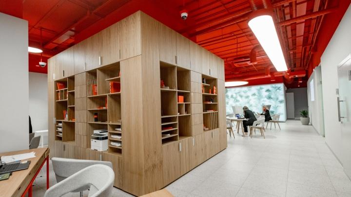 В Новосибирске открыли первый phygital-офис: здесь есть стол-кракен и ботинки из кредиток
