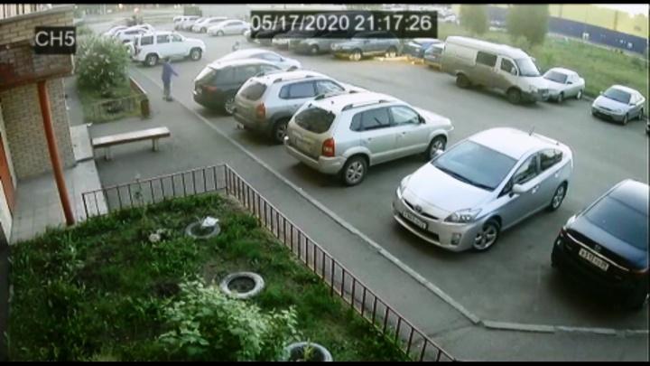 На запись попал момент, когда омич переехал женщину, пытаясь припарковаться