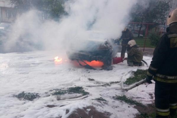 «Мерседес» огнём уничтожило полностью