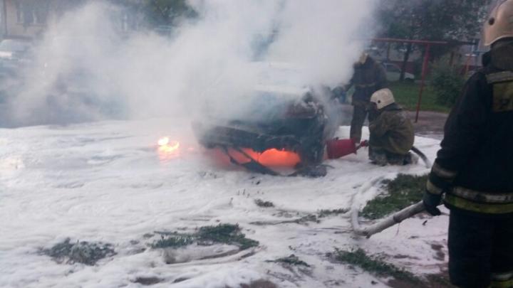 «Ясно, что за кривую парковку»: в Ярославле ночью сожгли два автомобиля. Видео