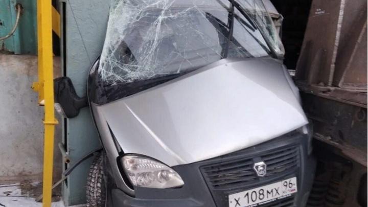 Авария попала на видео: на заводе в Каменске-Уральском железнодорожный состав расплющил «газель»