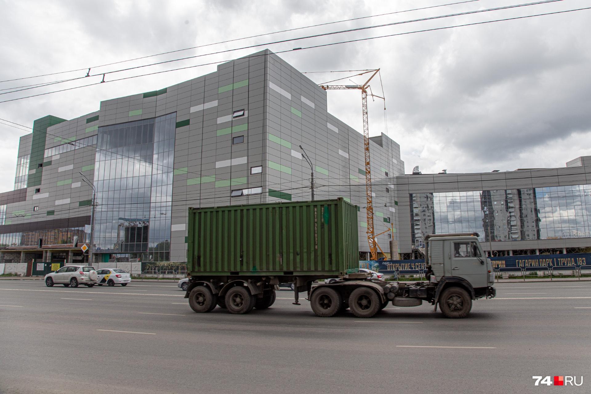 По виду и не скажешь, что это за здание. То ли цех, то ли офисы