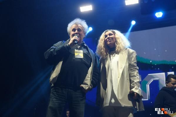 На Октябрьской площади выступила певица Елка