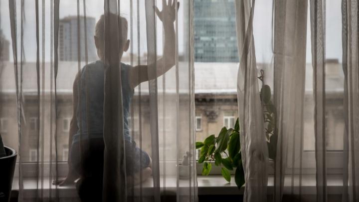 В Кузбассе маленький ребенок выпал из окна и впал в кому. Мать мальчика в это время спала