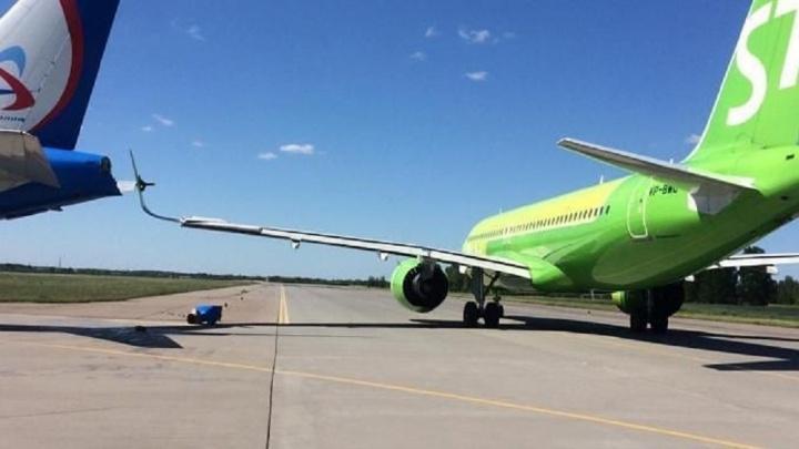 В Санкт-Петербурге борт S7 врезался в самолет «Уральских авиалиний»: фото со взлетной полосы