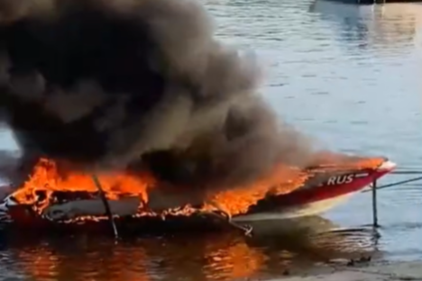 Горящее судно пришлось вручную буксировать к берегу