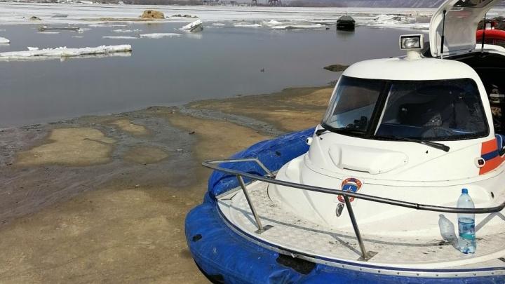 В Тобольске с оторвавшейся льдины спасли семь человек