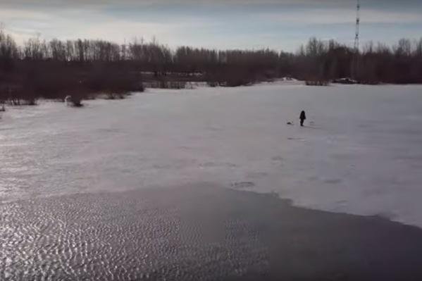 Некоторым любителям ловли тонкий лед нипочем