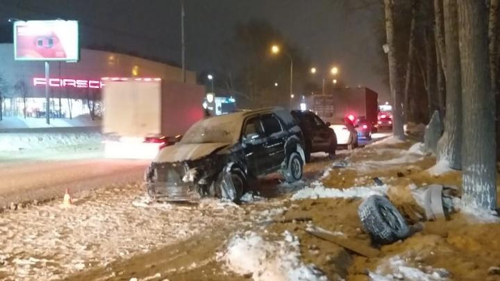На Большевистской «Форд» столкнулся с иномаркой, а затем врезался в дерево — водитель погиб на месте