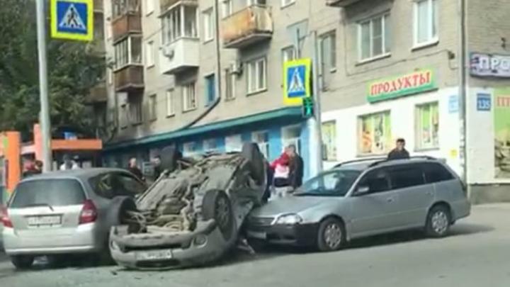Гнал на красный: появилось видео ДТП с перевёртышем на Немировича-Данченко