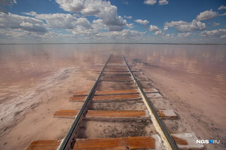 Озеро называют Розовым или Малиновым — алый оттенок воды меняется в зависимости от погодных условий