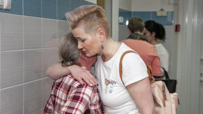 Смеялись женщины, больные раком: в Ярославле девушки принесли подарки пациенткам онкобольницы