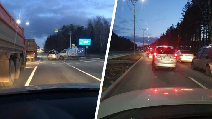 «Давно таких пробок не было»: водители попали в большой затор на выезде из Академгородка