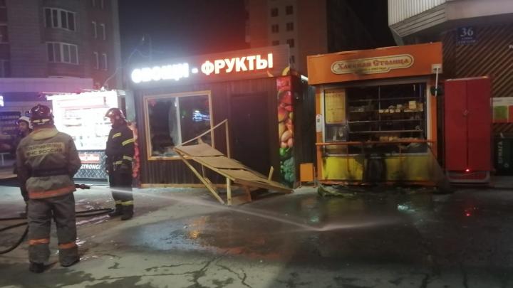 «Видели 5–6 убегающих человек»: в центре Новосибирска сгорели два киоска