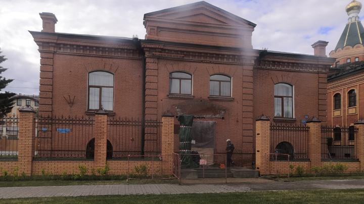 В Омске начали восстанавливать незаконно снесённое крыльцо с портиком здания епархии