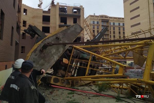 Один из башенных кранов, который упал во время непогоды вместе со строителем