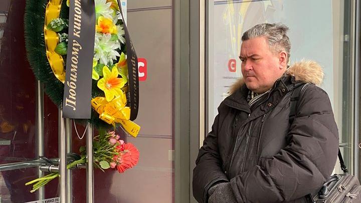 В Екатеринбурге устроили поминки по «Салюту», на двери кинотеатра повесили траурный венок
