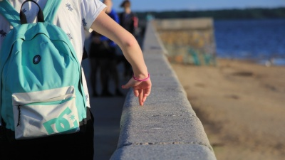 Носите с собой пульверизатор и откажитесь от косметики: как перенести жару без вреда для здоровья