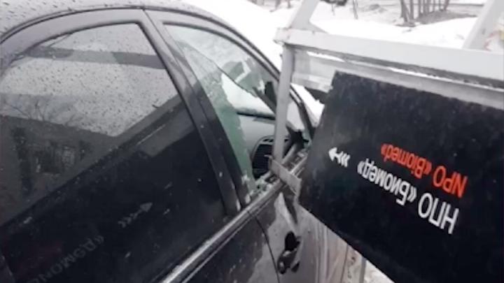 В Перми остановка перевернулась от ветра и упала на припаркованный автомобиль