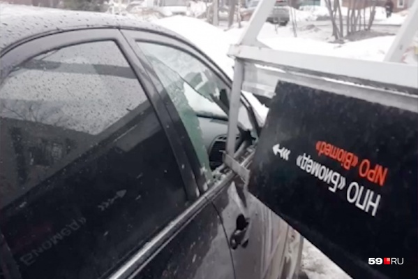 Угол остановки разбил стекло автомобиля