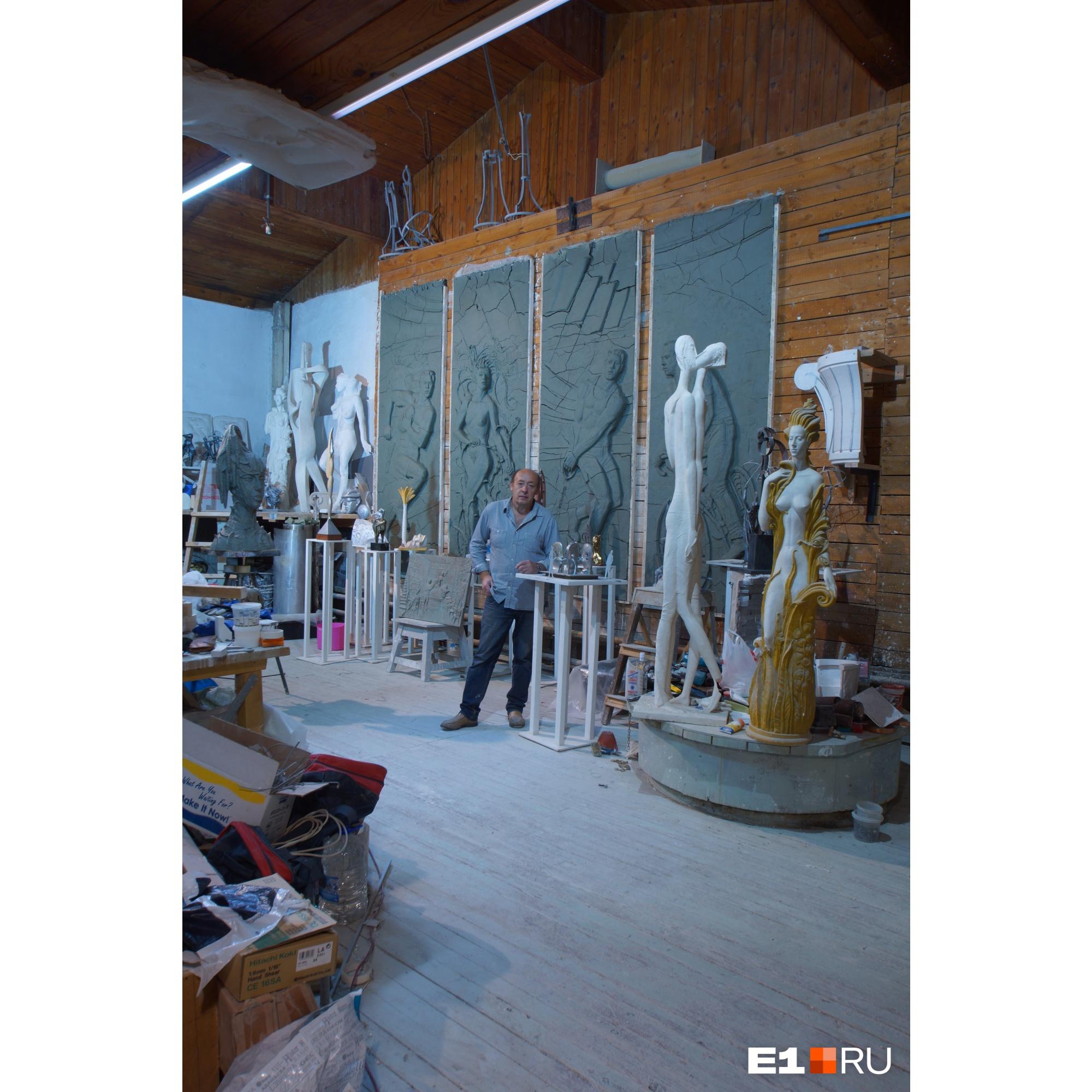 На фото: Андрей Чернышев во время работы над барельефами для «Екатеринбург Арены»