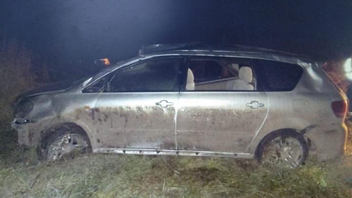 Автомобиль с семьей слетел в кювет на загородной трассе. Погибла мама с ребенком