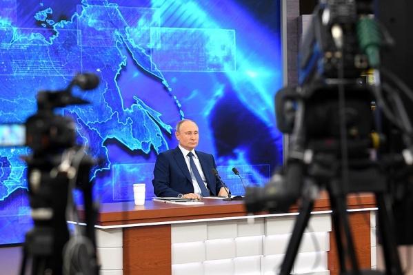 Один-два раза в год Владимир Путин проводит долгие прямые эфиры с ответами на вопросы