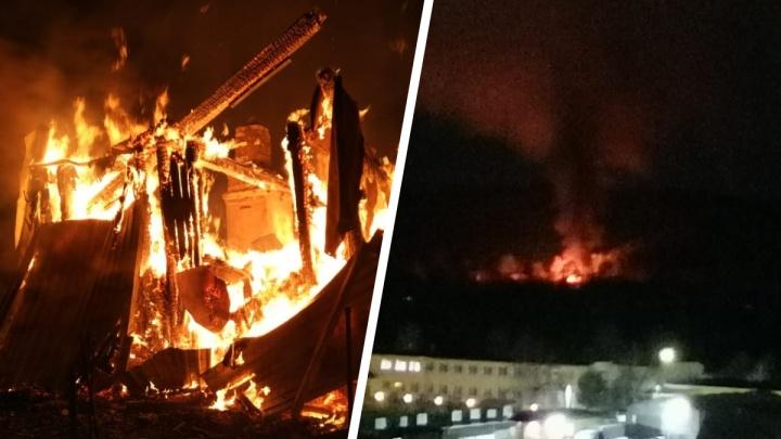 «Чувствуется сильный запах гари»: в садах под Екатеринбургом горят дома, сараи и автомобиль
