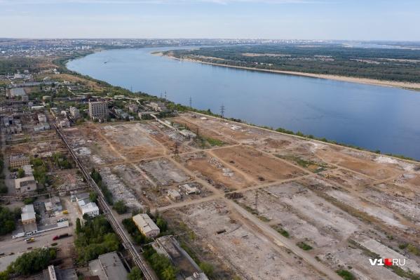 Огромную территорию вдоль Волги очистили от полуразрушенных корпусов