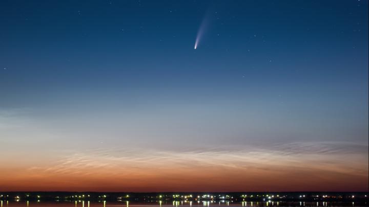 Справится даже камера телефона: показываем фото ярчайшей кометы и рассказываем, как сделать такое же