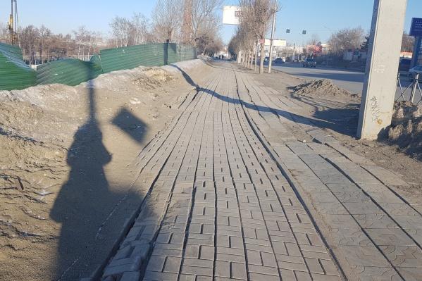 На тротуаре Большевистской дефекты появляются несколько лет подряд