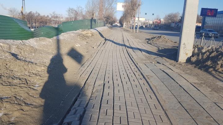 На тротуаре Большевистской расползлась плитка — в мэрии объяснили, из-за чего это произошло