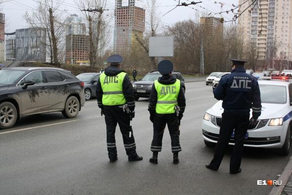 Патрульный экипаж дежурит на улице Белинского, в 300 метрах от дорожных камер