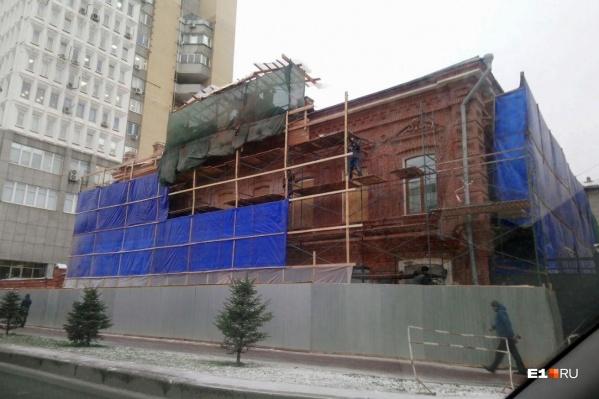 Дом был построен практически без отступлений от проекта, за исключением завершающей части главного фасада