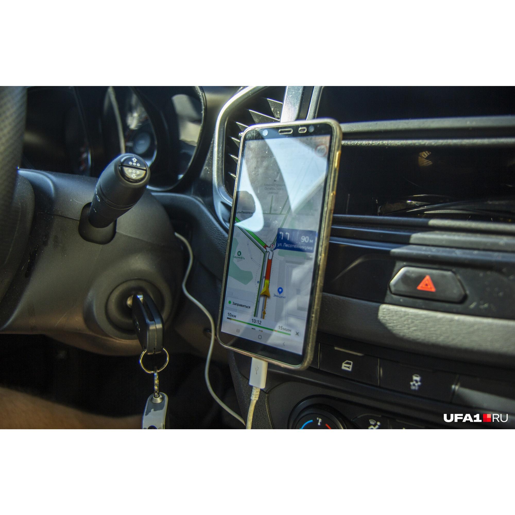 Связь с клиентами водительDeafмобиля держит через мобильное приложение