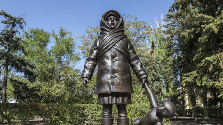 У Дома Павлова ее ставить не разрешили: в Волгограде без официоза открыли памятник детям военного Сталинграда
