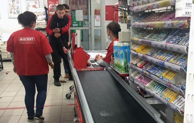 В Ленинском районе агрессивный мужчина устроил погром в супермаркете и ударил продавца