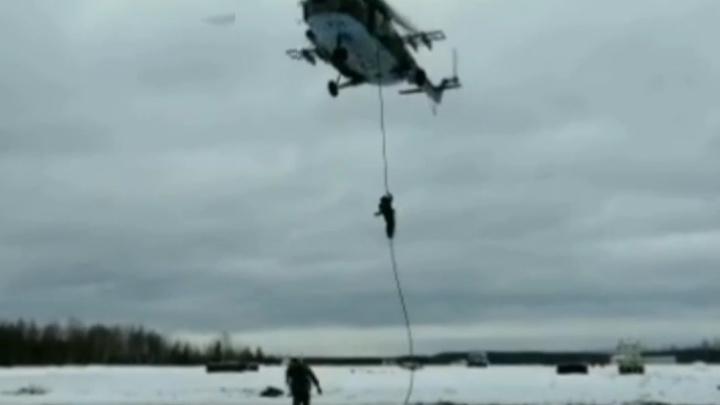 Архангельские росгвардейцы показали, как десантируются с вертолета: смотрим видео