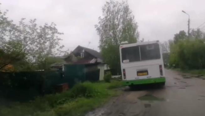 Размазывает грязь колёсами: в Ярославле сняли на видео, как автобус пробирается по жутким ямам