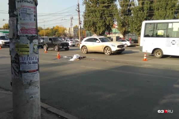 Очевидцы предполагают, что пешеход торопился на остановку