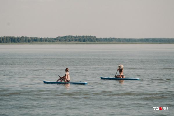В такую жару многие тюменцы любят выбираться на природу и поближе к водоемам. Некоторые плескаются в воде, другие — плавают на лодках или надувных матрасах
