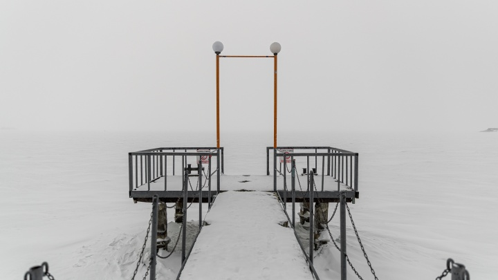Морозные пляжи Сибири. 10 безлюдных кадров с опустевшего Обского моря