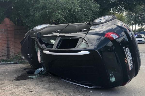 У машины выбило переднее стекло