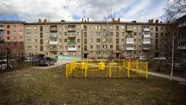 «Трещины толщиной в ладонь»: на Сибиряков-Гвардейцев расползается по швам пятиэтажка — репортаж