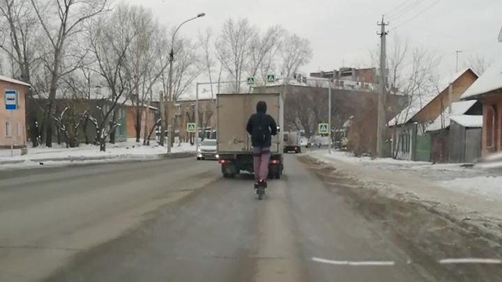Смелый сибиряк поехал на самокате в потоке машин — на видео попало, как он следует за грузовиком