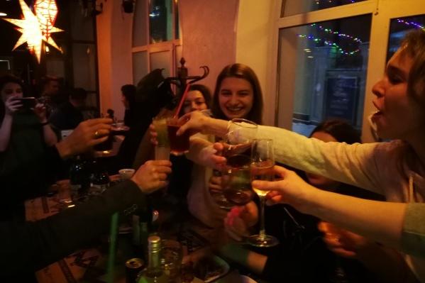 Засидевшиеся дома девушки выкладывали фото с вечеринки в соцсети